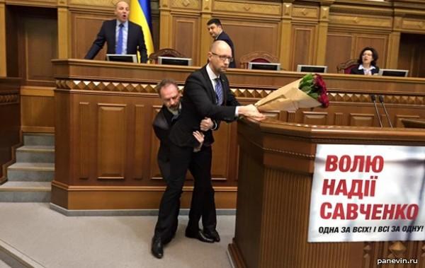 Рада: Барна оттащил премьер-министра Арсения Яценюка от трибуны за яйца
