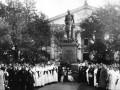 Воспитанники приюта принца Ольденбургского и его почитатели у памятника принцу Петру Георгиевичу Ольденбургскому (скульптор И.Н.Шредер) перед зданием Мариинской больницы (Литейный пр. 56).