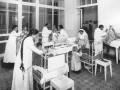 Медицинский персонал в одной из палат детской клиники Женского медицинского института. Фото К. К. Буллы. 1913