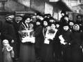 Сборщики средств в пользу голодающих у здания Городской думы в День колоса ржи. Санкт-Петербург. 22 февраля (7 марта) 1912 г. Фото ателье К. К. Буллы