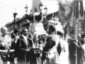Городской Голова П. И. Лелянов преподносит Николаю II кнопку управления механизмом разводки моста. День открытия Троицкого моста