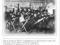 Группа учащихся Первых петербургских политехнических курсов для лиц обоего пола во время занятий по черчению, Ю. Ружейная, д 6-8. Фотография 1912 К. Булла