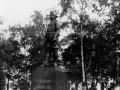 Памятник Петру I «200-летию Полтавской победы» (М. Антокольский) перед зданием госпиталя Преображенского полка со стороны Кирочной улицы. Дата съёмки 13 мая 1910 года