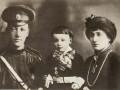 Николай Гумилёв и Анна Ахматова с сыном Львом. 1915 год