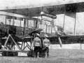 Офицеры возле самолёта конструкции Сикорского «Русского витязя»