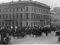 Колонна манифестантов с правительственными флагами, плакатами и портретами императорской фамилии на Невском проспекте у д.№ 38. 19 февраля (4 марта) 1915 года