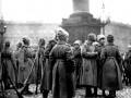 Октябрьский переворот 1917 г. Второй женский батальон на Дворцовой площади. Фото 1917