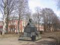 Памятник И.И. Мечникову и  корпуса больницы в его же честь. Фото 18 апреля 2003 г., с сайта al-spbphoto.narod.ru