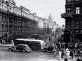 Перекрёсток проспектов 25 Октября и Володарского, 1939 год (слева в кадре — автомобильный светофор, может даже тот самый)