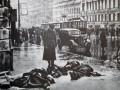 Красноармеец смотрит на трупы людей, погибших от немецких снарядов