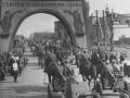 Гвардейцы-артиллеристы проходят триумфальную арку на Международном проспекте. Фото Б. Уткина. 8 июля 1945.