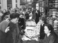 В текстильном отделе универмага «Пассаж» началась торговля по единым государственным ценам без карточек. 16 декабря 1947 года.