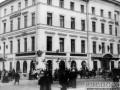 Здание, в котором сейчас выход со станции метро Невский проспект на канал Грибоедова. Фотография 1911 года