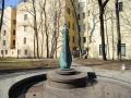 Скульптура «Скрипка-женщина», сад Андрея Петрова