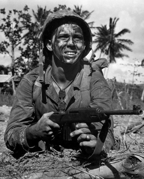 Американский Морской пехотинец с Карабином M1 на острове Гуам