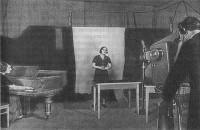 Первая передача Опытного ленинградского телецентра: поет 3.А. Монахова, аккомпанирует 3.А. Столлер, оператор И.В. Чуркин, 1938 г