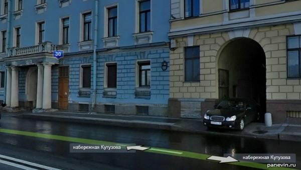 Набережная Кутузова. Тумбы у въездов во дворы.