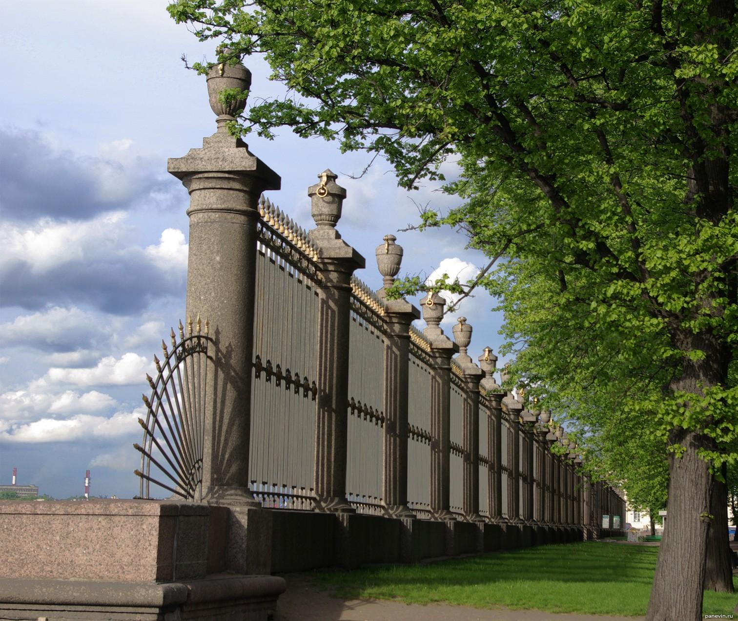 фото решетка летнего сада